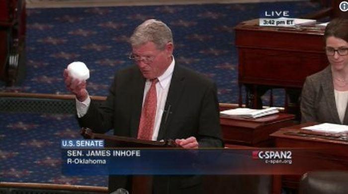 James Inhofe et sa boule de neige au Sénat.